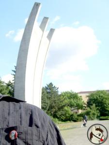 Petty vor dem Luftbrücken-Denkmal in Berlin-Tempelhof